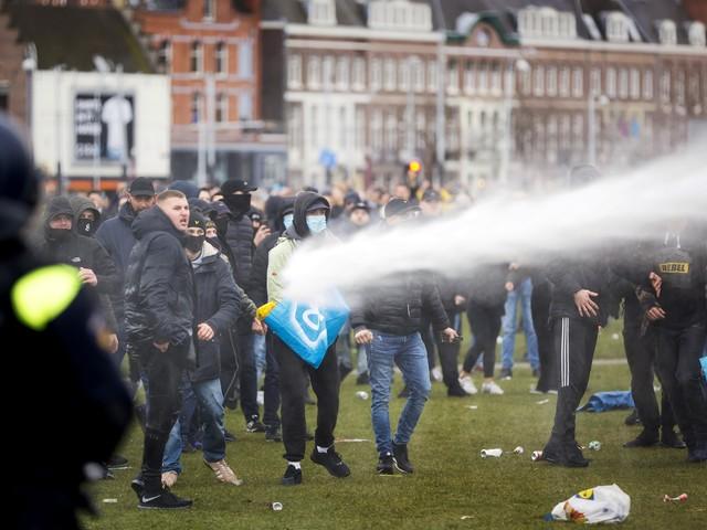 Covid Olanda, terzo giorno proteste contro restrizioni: 10 feriti e 151 arresti