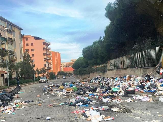 Emergenza rifiuti sempre più grave, Reggio Calabria si risveglia peggio del Bronx [FOTO E VIDEO]