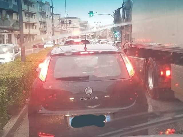 """Zona rossa a Siracusa, coda di auto in città, """"certo che i contagi aumentano"""" (FOTO)"""