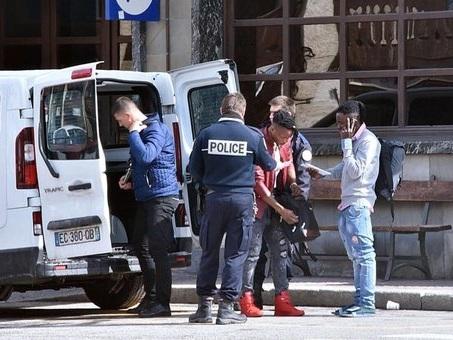 Polizia italiana: «La Francia ci riporta i migranti con i furgoni». Parigi: «Un errore»