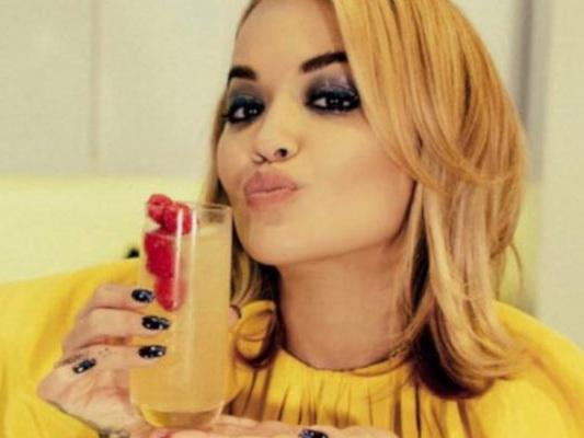 Londra: Rita Ora festeggia in un ristorante, multata