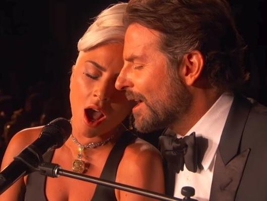Lady Gaga bacia un uomo…e non è Bradley Cooper: il sogno si infrange