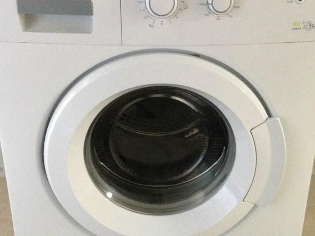 Bambino di 3 anni gioca a nascondino con il fratello e si infila nella lavatrice: muore asfisiatto