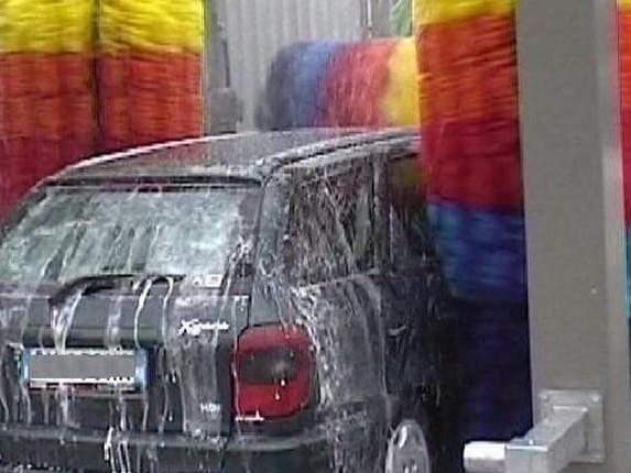 Lavare l'auto? Agli italiani piace