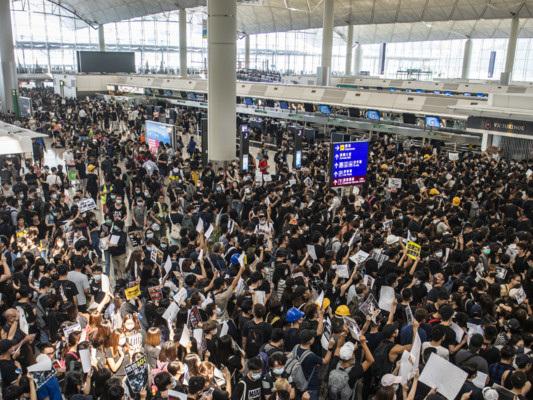 Cancellati tutti i voli all'aeroporto di Hong Kong, terminal occupato
