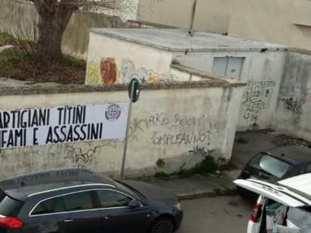 Simboli di partiti che si ispirano al fascismo sui segnali stradali: denuncia delle associazioni di Nardò