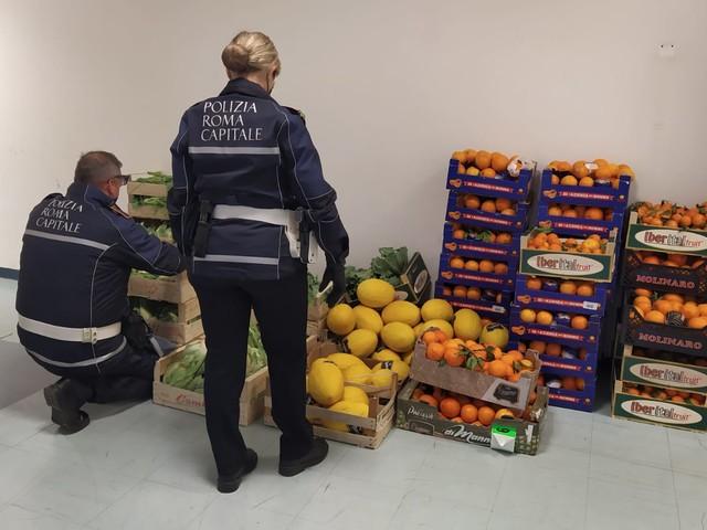 Roma. Scarsa igiene e norme violate: blitz della Polizia Locale in una pescheria (e non solo). Tutti i controlli