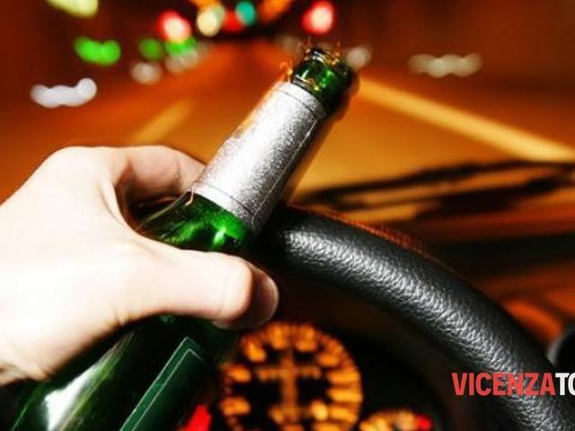 Guida ubriaco con l'amico seduto sul cofano: scatta immediata la denuncia