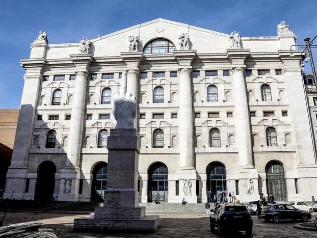 Borsa: Milano in rosso (-0,7%), giù banche tranne Ubi
