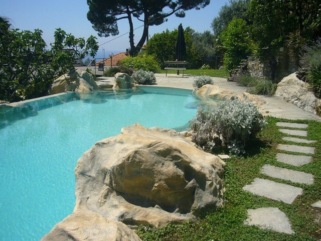 Bambino di 5 anni annega in piscina in ferie a Silvi Marina