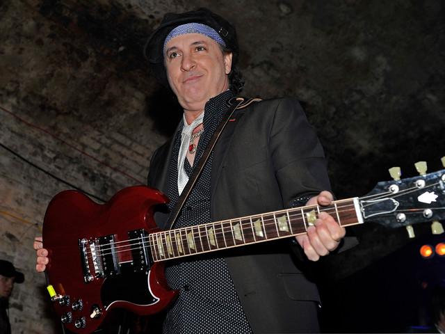 Sylvain Sylvain è morto: l'icona punk e chitarrista dei New York Dolls aveva 69 anni