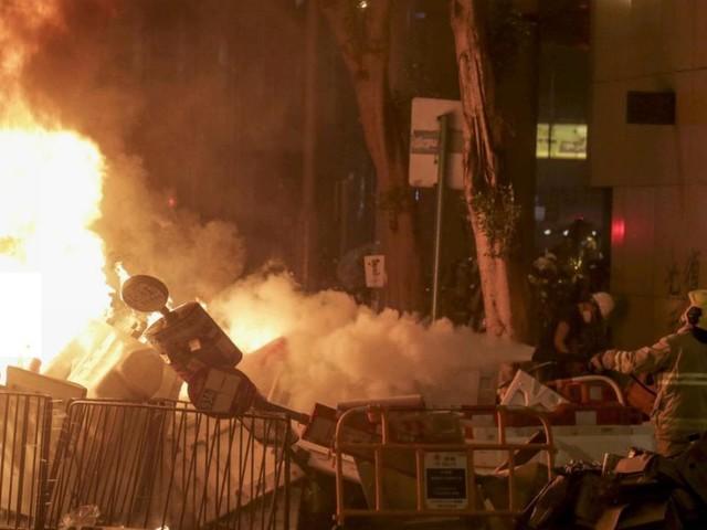 Hong Kong, in migliaia sfidano i divieti e scendono in piazza: scontri con la polizia nell'area del parlamento