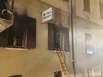 Rogo nella sede della polizia di Mirandola, nel Modenese, 2 morti e 20 intossicati di cui 4 gravi