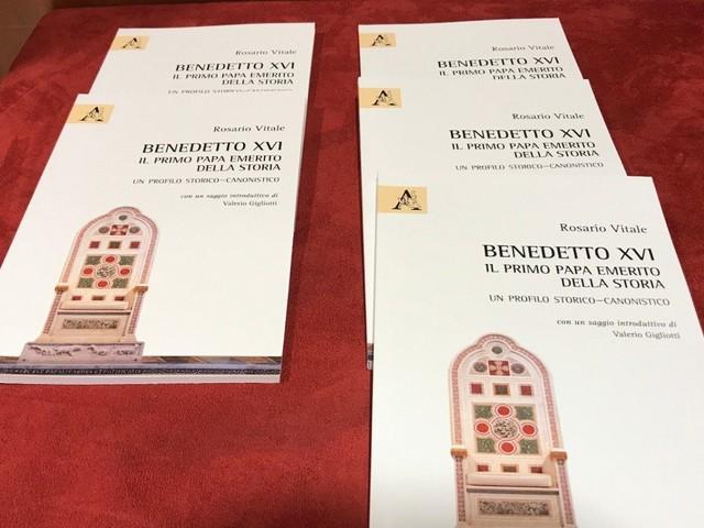 """""""Papa emerito"""": un libro spiega il titolo di Benedetto XVI"""
