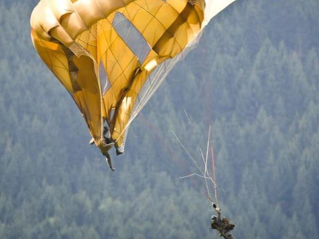 """Tragedia nel vicentino, due paracaduti si """"agganciano"""" in volo e precipitano: morto l'istruttore"""