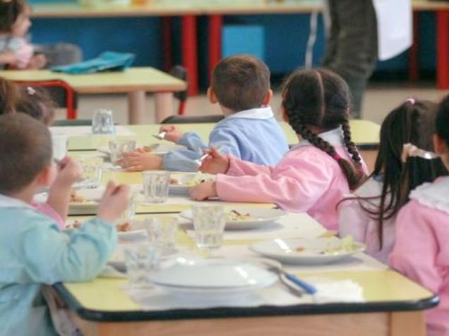 I bambini alla mensa della scuola non possono mangiare i panini preparati a casa dalla mamma