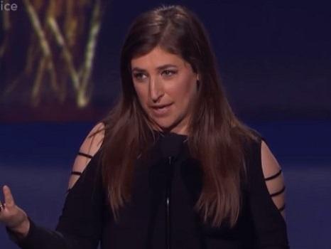 Mayim Bialik ai Critics' Choice Awards 2018 trionfa e smentisce la faida col cast di The Big Bang Theory (video)