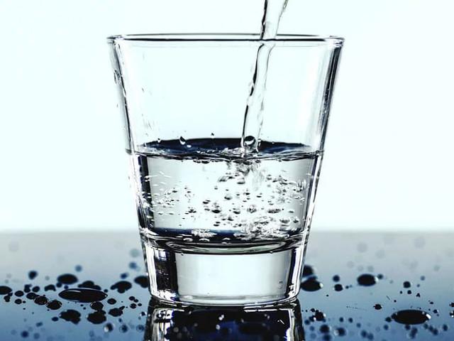 Bere tanta acqua fa davvero bene? Tutti gli effetti benefici da conoscere