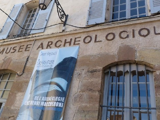 Paura al Museo Saint Raphael: uomo è asserragliato all'interno. Scritte arabe sui muri