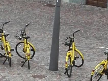 """Le bici gialle """"pedalano"""" fino a Gavirate. Quattro ciclisti le abbandonano in piazza"""