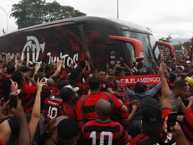 Copa Libertadores, delirio Flamengo: tifosi bloccano bus della squadra in partenza. VIDEO