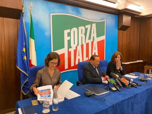 """Berlusconi: """"Raccolte 150mila firme per inserire in Costituzione un tetto alle tasse"""""""