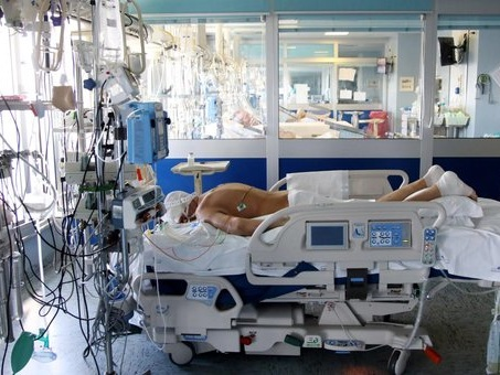 Covid, arrestati dottoressa e imprenditore che rubavano attrezzature mediche: «Ci dispiace per i pazienti, però...»