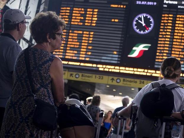 Incendiate le cabine di comando delle ferrovie a Firenze: ritardi, linee chiuse, passeggeri a piedi