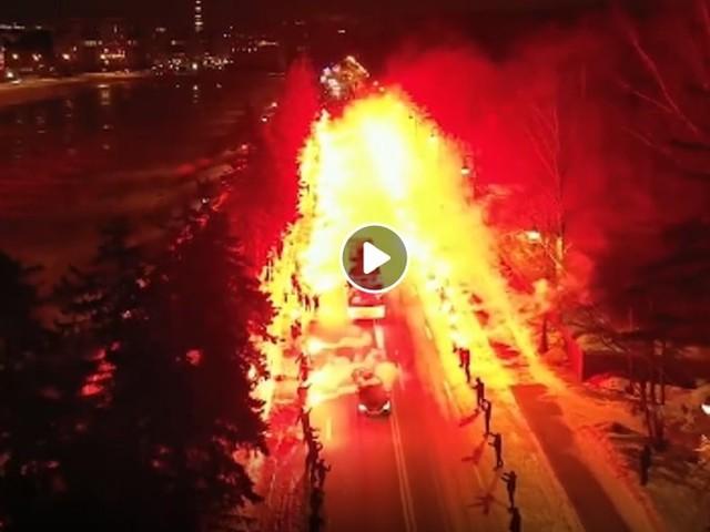 San Pietroburgo, la strada in fiamme: così i tifosi dello Zenit scortano la squadra allo stadio VIDEO