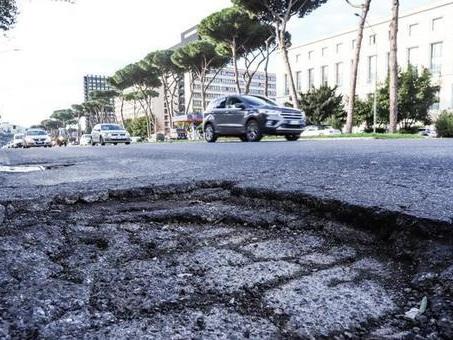 Roma, Buche, boom di incidenti: in un mese e mezzo 700 richieste di danni