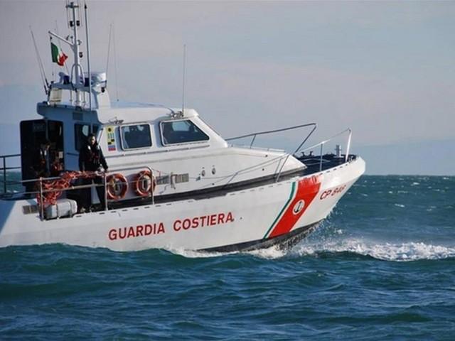 Fumo da barca diporto: Guardia costiera soccorre 2 naufraghi