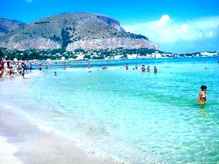 Mondello è mare caraibico e cristallino, la spiaggia è uno spettacolo