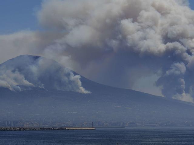 Vesuvio in fiamme, occorre una rivoluzione culturale