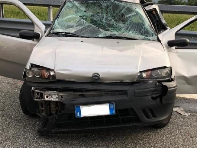 Ivrea, tir tampona auto ferma nella corsia d'emergenza: morta una donna, grave la figlia
