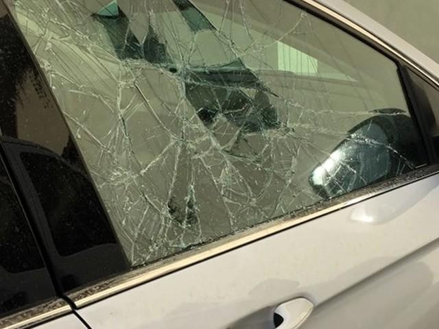 Raid vandalici a parco città: auto danneggiate e sedie lanciate dal tetto