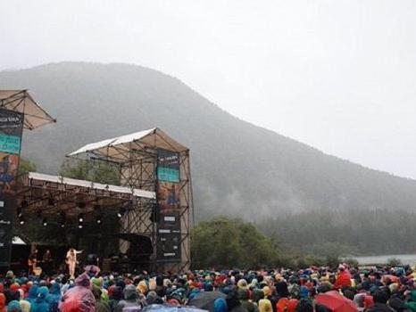 L'impresa di Marco Mengoni ai Laghi di Fusine, sfida la pioggia prima di Fuori Atlantico Tour a RisorgiMarche
