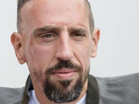 Mangia una bistecca d'oro: liti e insulti sui social per Ribery, il Bayern lo multa