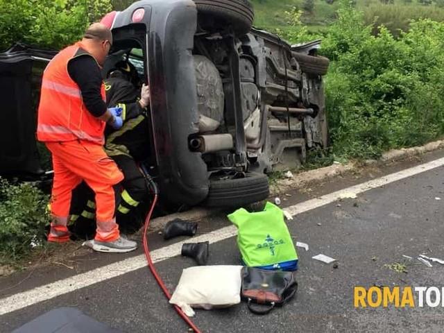 Perde controllo dell'auto e si ribalta in una cunetta, tre feriti. Due sono gravi