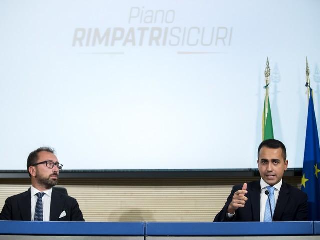 """Migranti, il piano di Di Maio: """"Rimpatri veloci verso 13 paesi"""""""