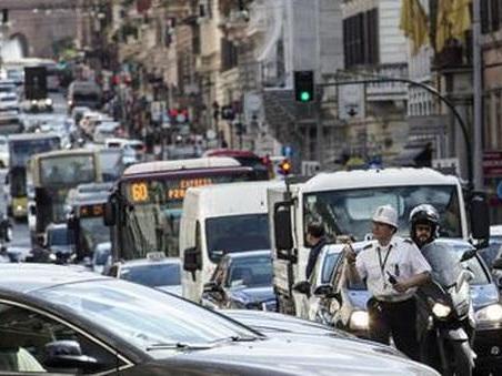 Roma, centro bloccato e lungotevere in tilt: piazza Venezia chiusa al traffico