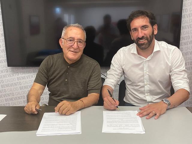 Un sorridente Caserta firma col Benevento | Le indiscrezioni sullo stipendio