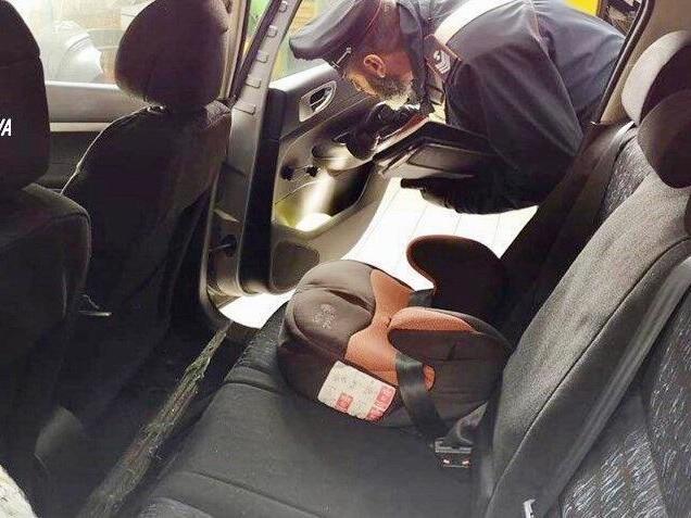 A Padova i ladri rubano l'auto con un bambino a bordo, il papà si aggrappa alla portiera per fermarli