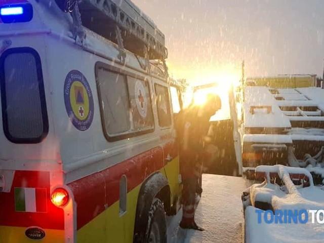 Tir sbanda sulla neve e finisce di traverso: autostrada chiusa