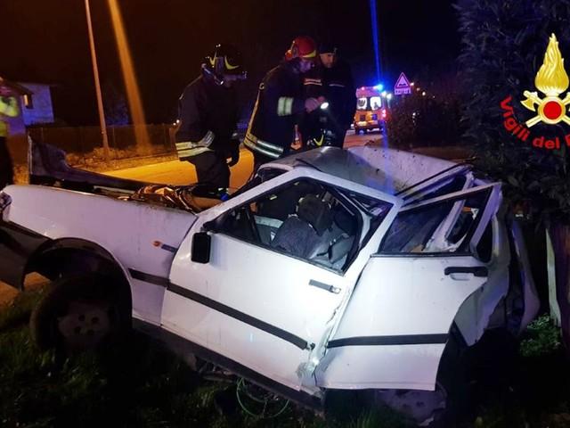 Violento schianto Sbalzato dall'auto muore 49enne