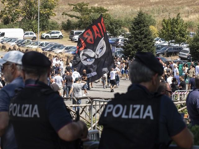 L'addio a Diabolik: tifoseria da stadio e saluti romani