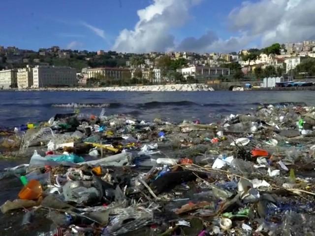 Napoli, quintali di plastica sul lungomare: la spiaggia invasa dai rifiuti dopo il maltempo