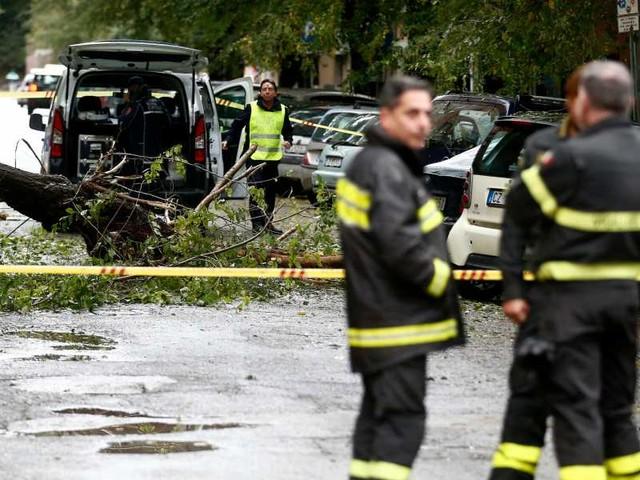 Bomba d'acqua Roma/ Chiuse stazioni metro A: strade allagate e alberi caduti