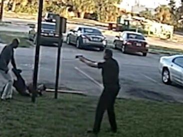 Violenta reazione a un controllo di polizia, l'agente se la vede brutta e il collega spara. La Florida apre inchiesta