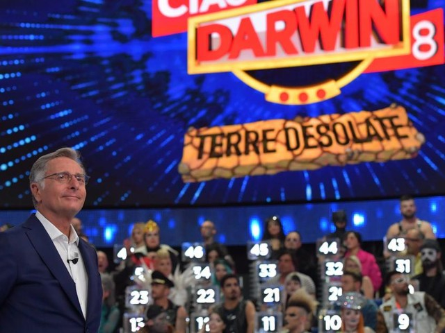 Replica Ciao Darwin, la sesta puntata in streaming online su Mediaset Play