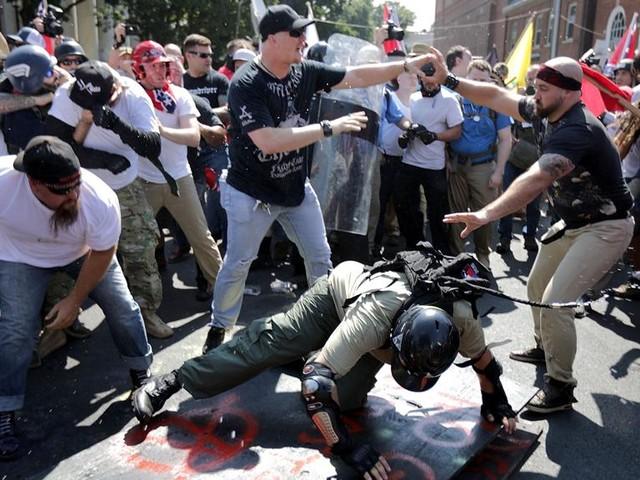 Scontri e arresti in Virginia per la marcia dei suprematisti bianchi